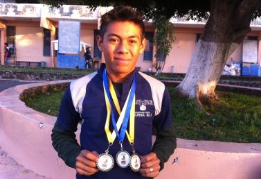 Fernando Santamaria Marín del 3A, 2do Lugar en 100mts Planos. 1er Lugar en 200mts. Planos y Primer Lugar en Salto de Longitud.